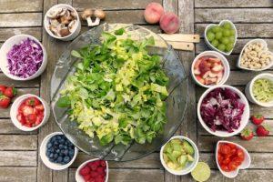 Aliments pour salade disposés en bols